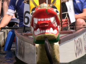 Jedes Boot beim 14. Köpenicker Drachenboot-Frühjahrs-Cup ist mit einem Drachenkopf verziert