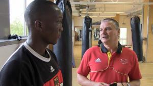 Abass Baraou im Gespräch mit Trainer Ralf Dickert - zusammen wollen sie zu den Olympischen Spielen nach Rio