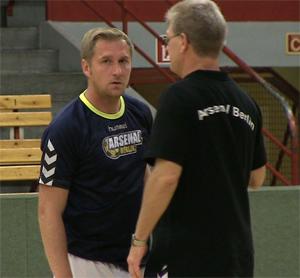 Neuzugang bei Arsenal Berlin: Dennis Kutrieb im Gespräch mit Trainer Andreas Vogler