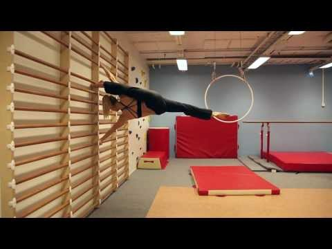 Akrobatik an der Sprossenwand