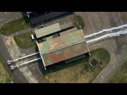 Flugzeuge fliegen durch einen Hangar!