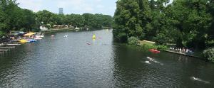 Beim Berlin Triathalon geht es für die Teilnehmer neben dem Laufen und Radfahren auch durch die Spree, um die Insel der Jugend