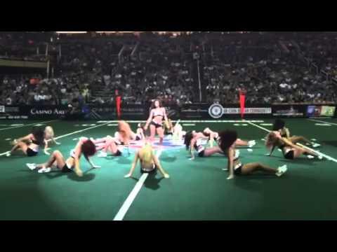 Football Tänzer stiehlt Cheerleadern die Show